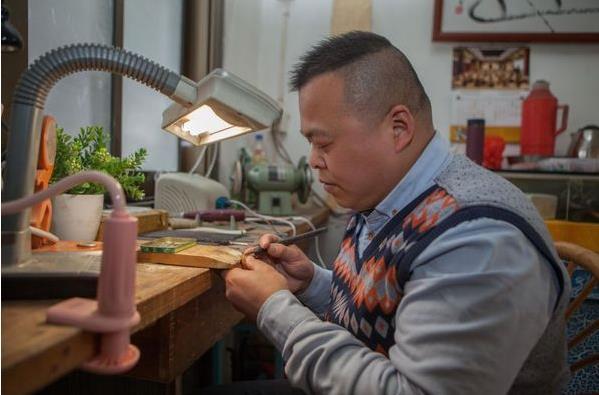 核雕大师沈春华:径寸之木 刻艺术人生