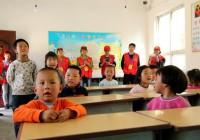 厚�x公益志愿者到都里镇上寺平教学点进行走访