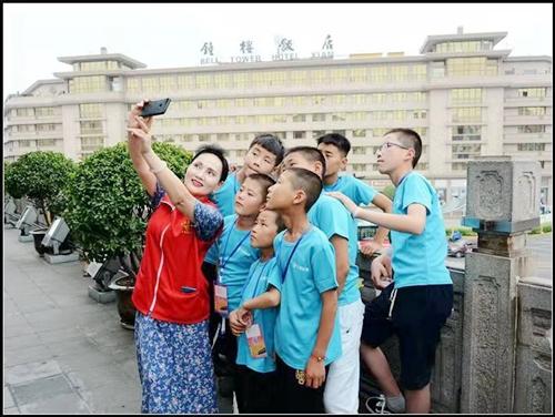 陕西省慈善协会,爱心大姐志愿者团队组织的第十届大型公益活动《山里娃娃看古城》