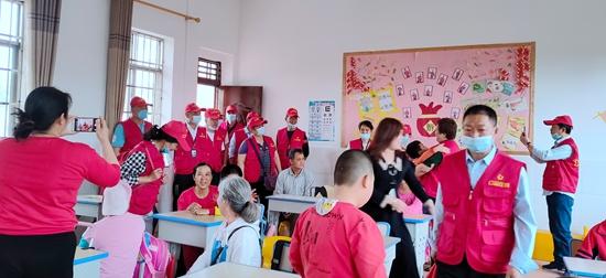 校园欢乐颂 ――公益在线广西钦州市站看望慰问智障儿童